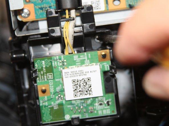 WLAN-Karte ist mit einer Schraube gesichert-> herausnehmen, Stecker der WLAN-Karte vorsichtig lösen und WLAN-Bracket mitsamt des Kabels herausnehmen