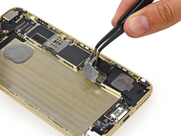 这是新的!我们發現了新的东西!振动器位于电池的右侧,在逻辑电路板的下方。