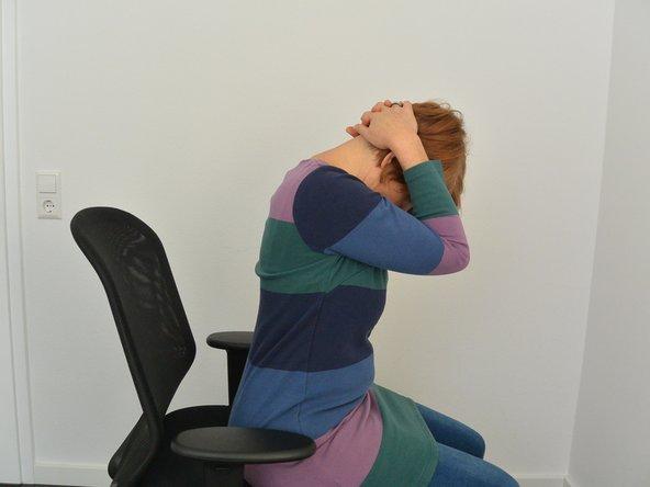 Lasse Dein Kinn nach vorne aufs Brustbein sinken und spüre den angenehmen Zug hinten im Nacken. Bei Bedarf kannst Du die Dehnung durch Auflegen Deiner beiden Hände verstärken. Dann faltest Du Deine Hände legst sie hinten auf Deinen Kopf auf und lässt die Ellbogen locker nach vorne fallen. Nun hälst Du die diese Position ca. 10-15 sec.