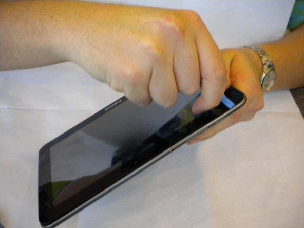 Insérez un outil d'ouverture en plastique entre le capot arrière et l'écran du Samsung Galaxy Tab 8.9.