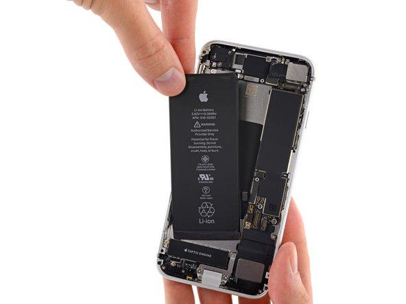 Retirez la batterie de l'iPhone.
