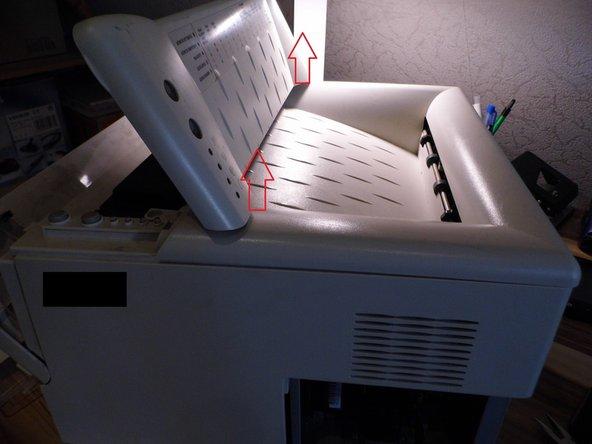Image 1/3: Hebe die Abdeckung auf der Vorderseite an, um sie leicht und einfach zu entfernen.