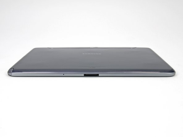 Image 1/2: The bottom edge of the Galaxy Note 10.1 features only the proprietary 30-pin dock connector and microphone.