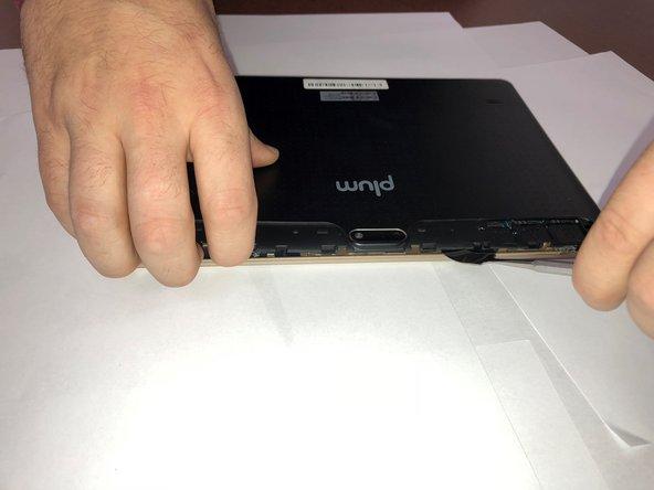 Utilisez spudger pour commencer à soulever la couverture arrière.