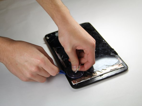 When the glue is melted, it is time to remove the screen from the device.