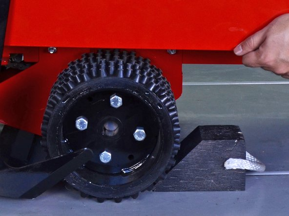 Place wheel chocks against the roller and rear wheel to prevent the machine from moving.