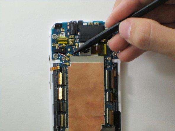 Verwende das spitze Ende des Spudgers, um die vier Antennenstecker zu entfernen. Drei befinden sich auf der oberen linken Ecke der Hauptplatine und eine auf der rechten unteren Ecke.