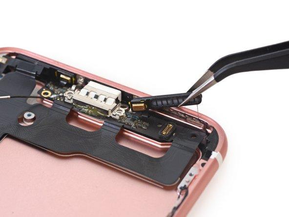 Dünne Flachbandkabel verbinden die Baueinheit des Lightning Connectors mit den Mikrofonen, die leicht an die Lautsprechergitter geklebt sind.