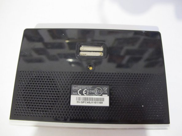 Mit einem Schraubendreher PH 0 die vier Schrauben an der Unterseite des Gerätes lösen.