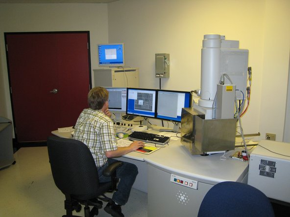 A scanning electron microscope (SEM) in action. These are just some of the tricks up Chipworks' sleeve. The SEM is able to see hundreds of times more detail than an optical microscope.