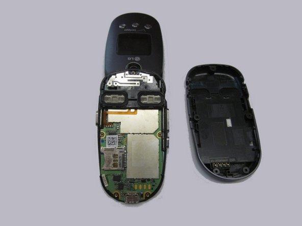 Retirez complètement le couvercle arrière du téléphone.