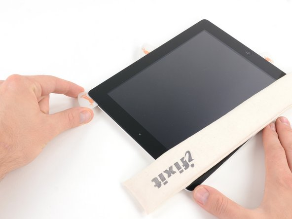 Fahre mit dem Opening Pick entlang der Oberkante des iPads und ziehe es leicht heraus, um den Bügel der Frontkamera zu umfahren