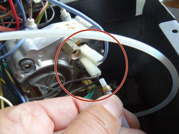 Ziehe erst die Klammer, und dann den zweiten Druckschlauch am Thermoblock ab.