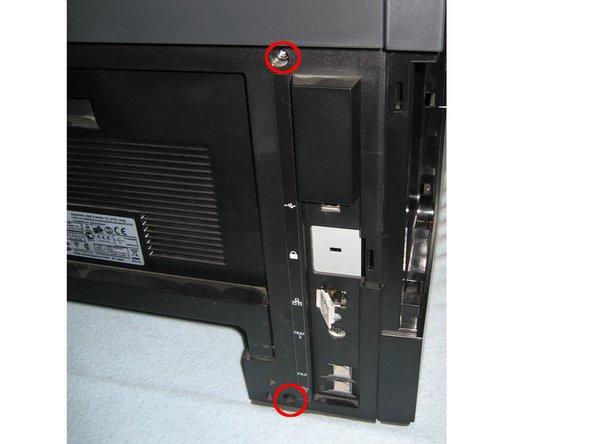 Schrauben vorne (1x oben, 1x unten) und hinten (1x oben, 1x unten) mit Kreuzschlitzschraubendreher lösen und entfernen.