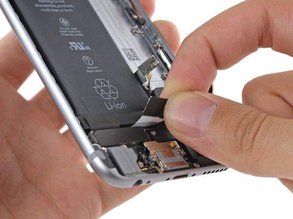 バッテリーや下部の部品に向かって引っ張らないでください。粘着タブが切れてしまうことがあります。