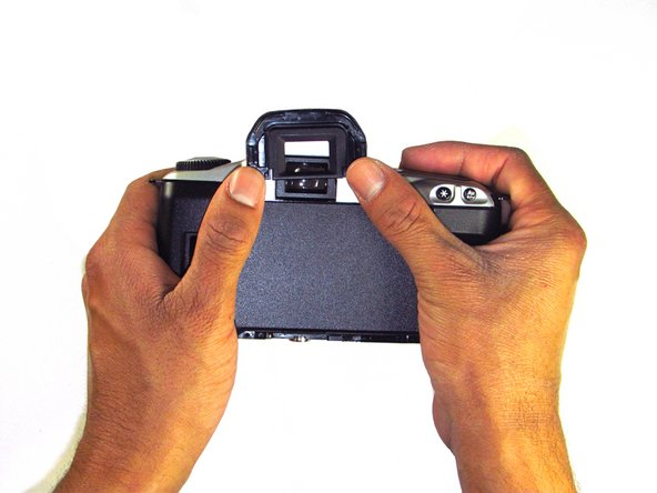 Remove the eyecup from the eyepiece by pushing the eyecup up.