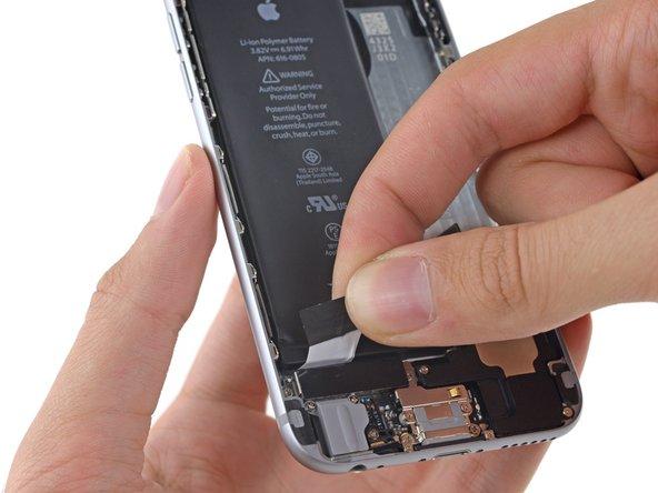 バッテリーの左端下から第2のバッテリー粘着タブを剥がします。