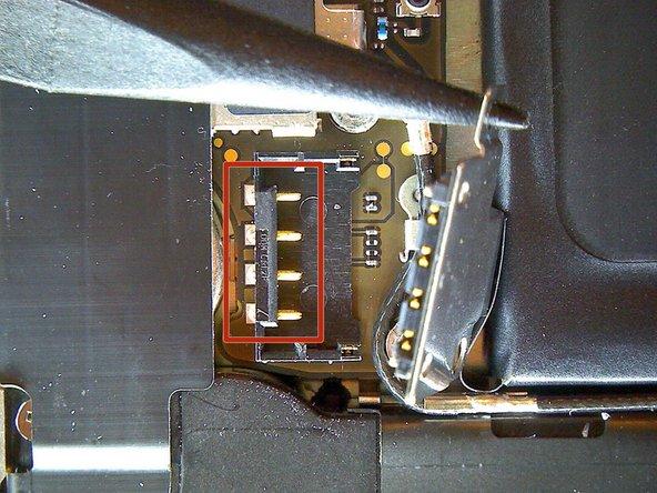 Обратите внимание на положение фиксатора антенны, который крепится только верхним винтом. Когда будете устанавливать шлейф назад он должен будет выровнен так, чтобы позолоченный контакт упирался в заднюю крышку.