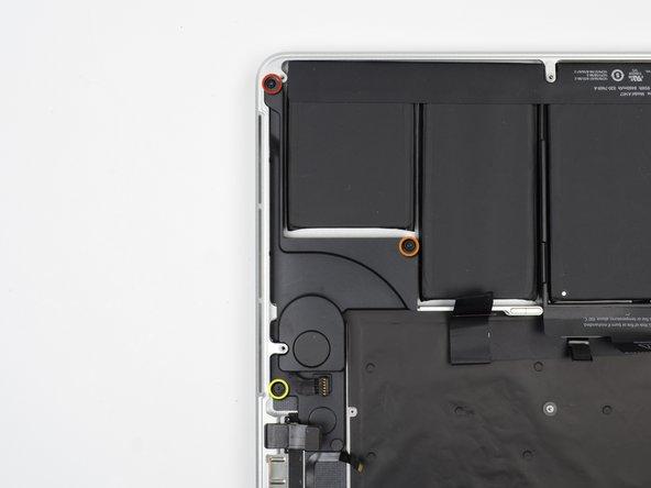 Entferne die folgenden drei Schrauben, mit denen der linke Lautsprecher am oberen Gehäuse befestigt ist: