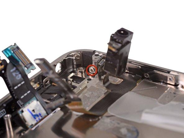 Открутите 1.6 мм Phillips(крестовой) винт, крепящий верхнюю антенну к корпусу.