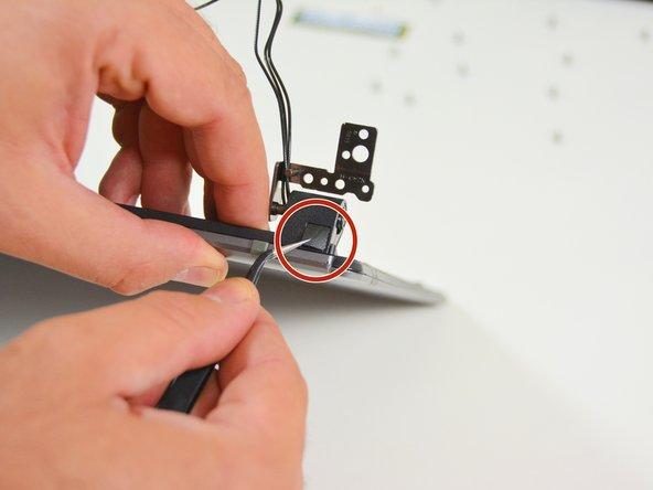 Image 2/3: Sobald die Schrauben gelöst sind können Sie nun die linke Abdeckung entfernen.