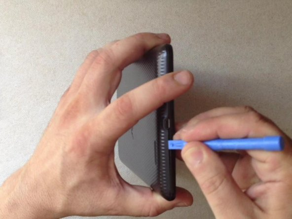Image 1/3: By using a plastic tool open the back / battery cover.