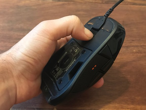 To disconnect the cable from the mouse, firmly press the plastic clip using your thumb