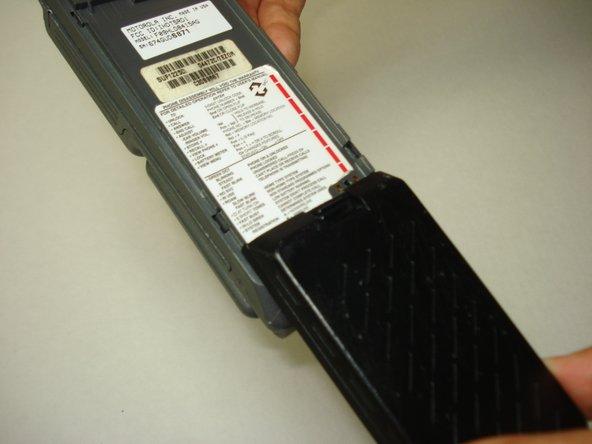 Avec l'arrière du téléphone exposé, alignez le haut de la nouvelle batterie avec l'extrémité inférieure des rails du téléphone.
