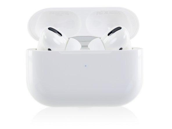 Die AirPods werden wieder in einem Case geliefert, das an eine Schachtel Zahnseide erinnert, und beim Öffnen lugen die beiden kleinen Pods heraus.
