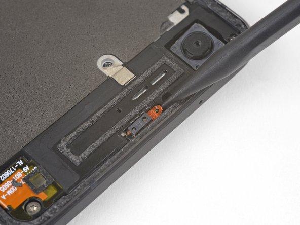 スパッジャーの先端を近接センサケーブルの下に差し込んで、正面カメラに一番近い側のケーブルからスライドします。