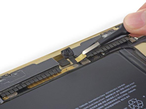 Image 1/3: По сравнению с более крупной, выступающей навстречу невзгодам камерой iSight из iPhone 6 Plus, этот модуль выглядит немного иначе. И всё равно он обеспечивает гораздо более высокое качество, чем аналог из iPad Air первого поколения.