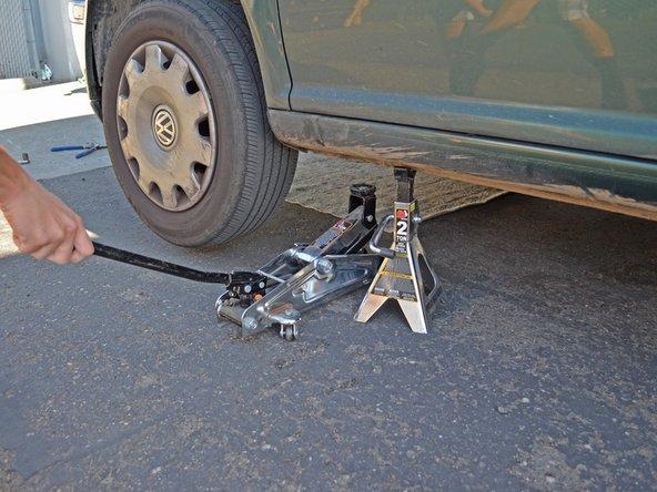 Assurez-vous qu'il n'y a personne sous la voiture avant de la rabaisser.