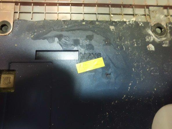 Retiramos los tornillos marcados. Uno de ellos está tras una pegatina de garantía.