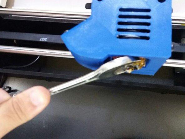 Posicione a Chave Fixa 20mm, como indica a figura, travando a parte interna do cabeçote, para impedir o bico de girar em falso.