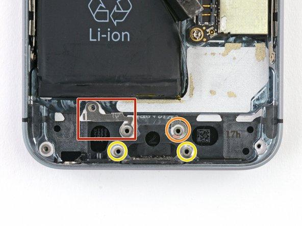 Lightningコネクタアセンブリ下のネジポスト上に狭い間隔で付けられた幾つかのスペーサーがあります。電話の機能自体には必須のものではありませんが、デバイスの際組み立ての際に見つけたら、このワッシャーを移してください。スペーサーはデバイスによってことなりますが、このデバイスには次のようなものが含まれています。