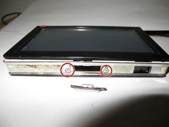 Mit dem Schraubendreher PH 0 die zwei Schrauben am oberen Rand entfernen.
