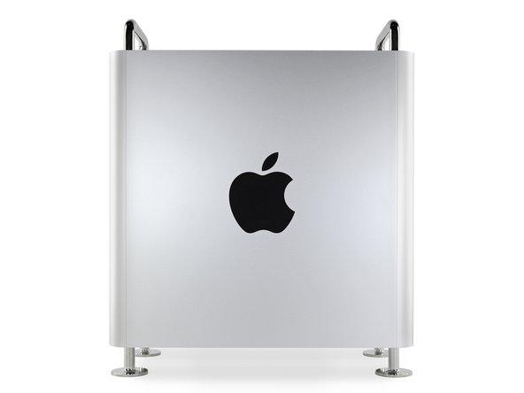 Vu de côté, le Mac Pro ne pourrait être plus Apple que cela. Un énorme logo Apple ? Fait. De l'acier froid et dur ? Fait. Des plaques d'aluminium fraisées avec précision ? Fait.