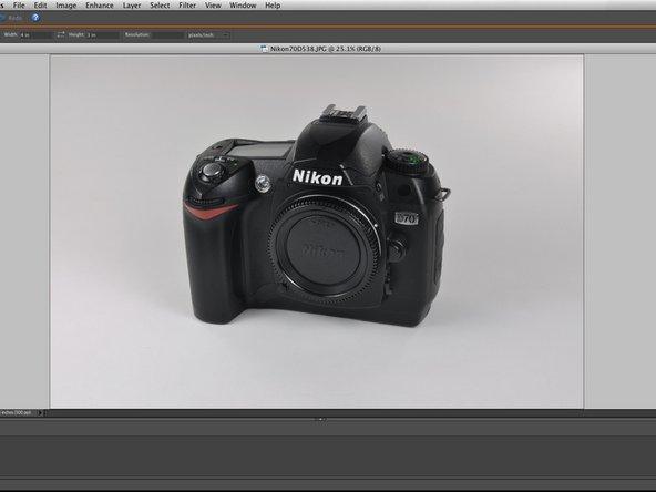 Hier ist ein simples Foto einer Nikon D70 Kamera. Das Bild ist ziemlich gut, könnte aber in einigen Bereichen verbessert werden.