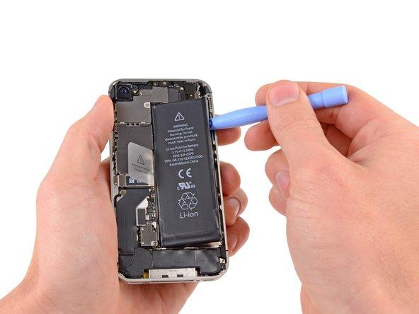 Двигаясь лопаткой вдоль правого края аккумулятора отклейте его от корпуса.