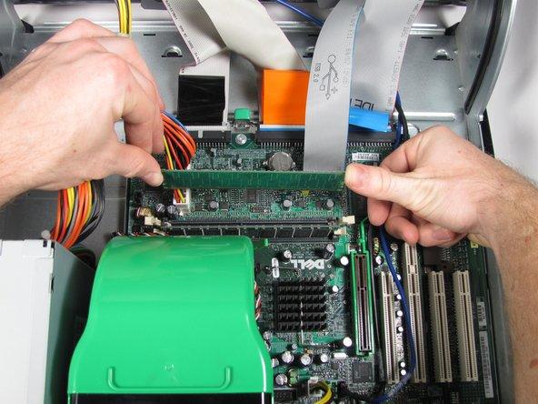 Empuje las lengüetas de color crema en cada lado de cada módulo de RAM hasta que salga y salga de su ranura y retire la RAM.