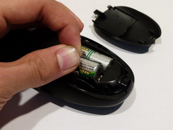 Carefully pull the black tap to remove the batteries from the battery housing. When inserting new batteries, be aware of the correct orientation.