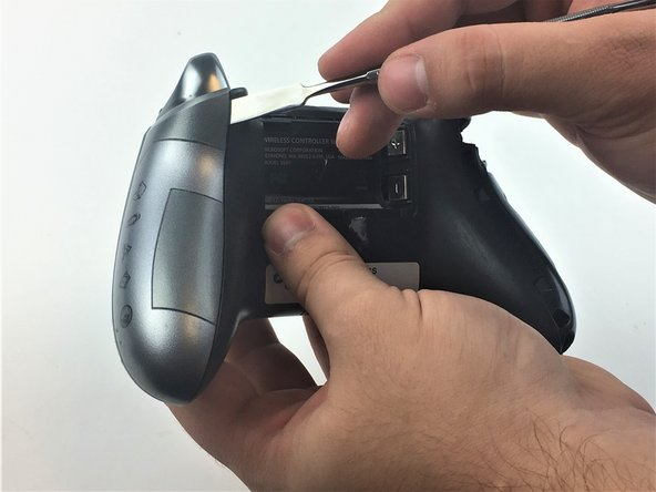 We recommend using a plastic spudger to prevent damage to your controller. However, using a metal spudger, as shown in the picture,  makes the work easier.