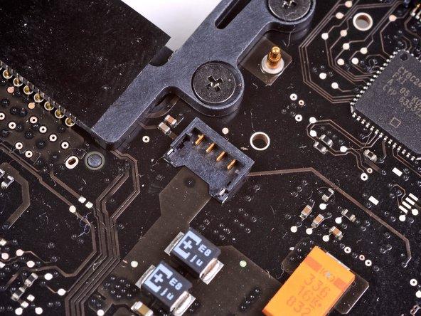 Es ist hilfreich, den Spudger unterhalb der Lüfterkabel etwas um seine Achse zu drehen, um den Stecker zu lösen.