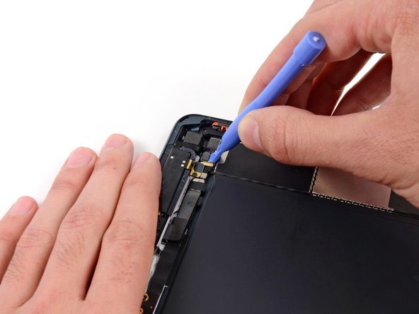 Utilisez un outil d'ouverture en plastique pour extraire la nappe de l'antenne supérieure droite de sa prise sur la carte mère.