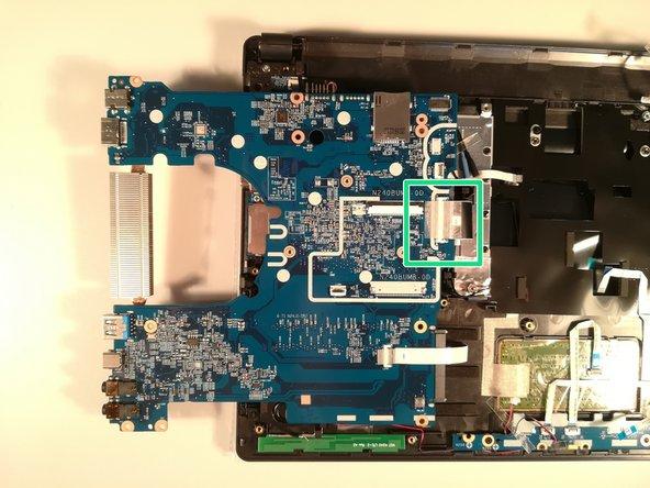 Soulevez la clapet qui retient le connecteur encadré en vert
