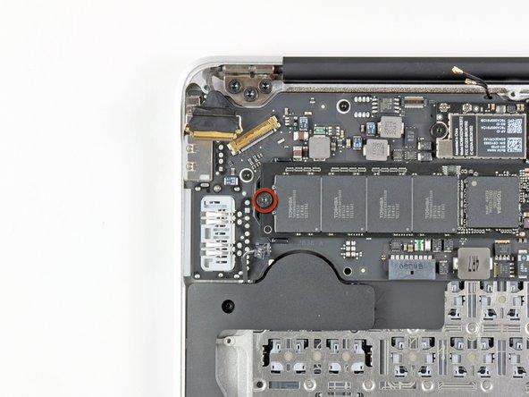 Entferne die einzelne 2,85 mm T5 Torx Schraube, mit der die SSD am Logic Board befestigt ist.