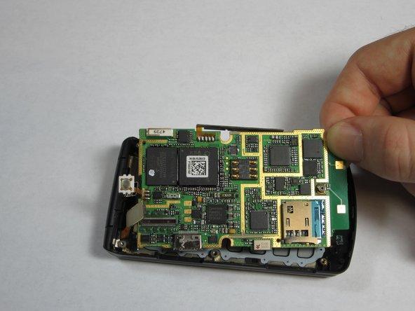 Saisissez délicatement l'un des coins de la carte mère et soulevez-la simplement pour la sortir du boîtier du téléphone.