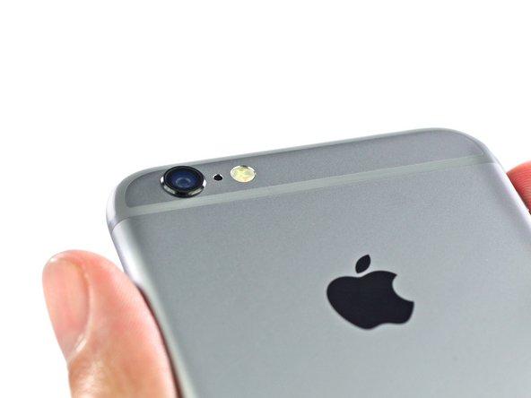 """La """"gobba"""", come tutti sanno, è chiaramente visibile nella parte superiore dell'iPhone 6. Apple ha preferito puntare sulla qualità ottica in cambio dell'ingombro di un obiettivo che sporge lievemente dal resto del telefono."""