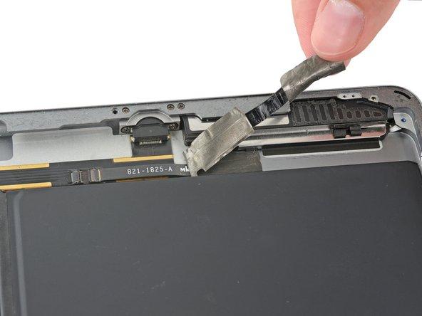 Ziehe das Band ab, welches den Verbinder des linken Lautsprecherkabels bedeckt.