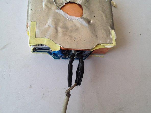 半田付けをした白と黒/外側ケーブルの残りを絶縁テープでカバーして巻きます。